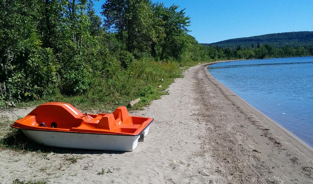location de pédalo et plage familiale sur le bord du lac témiscouata