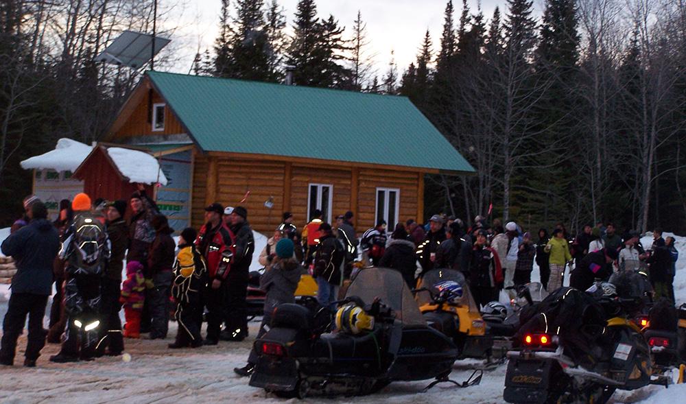 chalet chauffé pour motoneigistes sur le bord du lac témiscouata