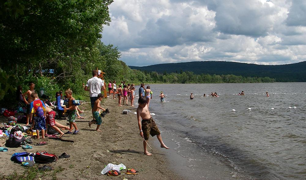 plage familiale au bas-st-laurent autour du lac témis